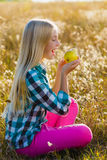 Muchacha linda o pera sana y jugosa comida adolescente al aire libre Imagen de archivo libre de regalías