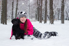 Muchacha linda que abraza su perro Fotografía de archivo libre de regalías