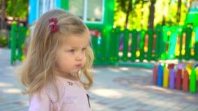 Muchacha linda que camina en parque de atracciones metrajes