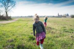 Muchacha linda que camina a través de un campo Fotografía de archivo libre de regalías