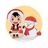 Muchacha linda que celebra la Navidad con el muñeco de nieve Imagen de archivo libre de regalías