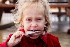 Muchacha linda que come el helado Imágenes de archivo libres de regalías