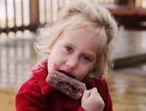 Muchacha linda que come el helado Imagenes de archivo