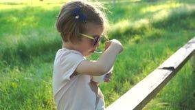 Muchacha linda que come el postre almacen de metraje de vídeo