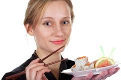 Muchacha linda que come el sushi Imagen de archivo