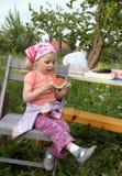 Muchacha linda que come la sandía Imagen de archivo