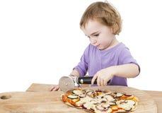 Muchacha linda que corta la pizza hecha en casa fresca imagen de archivo libre de regalías