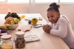 Muchacha linda que desayuna delicioso antes de ir a la guardería fotos de archivo libres de regalías