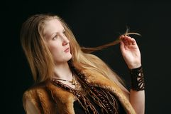 Muchacha linda que desgasta el abrigo de pieles tribal del estilo foto de archivo libre de regalías