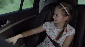 Muchacha linda que disfruta de hermosa vista de la ventanilla del coche metrajes