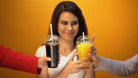 Muchacha linda que elige el zumo de naranja en vez de soda, de bebida de la vitamina y de dieta sana almacen de metraje de vídeo