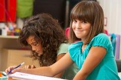 Muchacha linda que hace el schoolwork en el país. Imagen de archivo libre de regalías