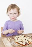 Muchacha linda que hace la pizza fresca foto de archivo libre de regalías