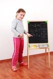 Muchacha linda que hace matemáticas Foto de archivo