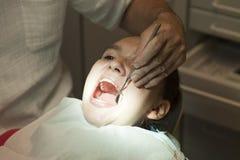 Muchacha linda que hace que sus dientes sean controlados por el doctor Imágenes de archivo libres de regalías
