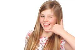 Muchacha linda que hace un gesto y un guiño de la llamada Imagen de archivo