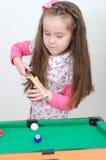 Muchacha linda que juega el billar Foto de archivo