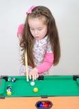 Muchacha linda que juega el billar Imagen de archivo