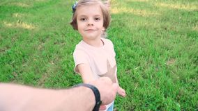 Muchacha linda que lleva a cabo la mano del padre almacen de video