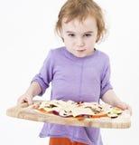 Muchacha linda que lleva la pizza fresca imágenes de archivo libres de regalías