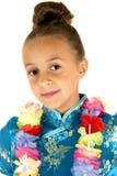 Muchacha linda que lleva un vestido chino y una sonrisa de los leus fotos de archivo libres de regalías