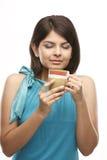 Muchacha linda que plantea la acción del café de consumición Imagenes de archivo