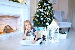 Muchacha linda que presenta y que sonríe en la cámara en el studi blanco del Año Nuevo Imagenes de archivo