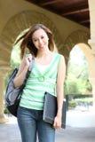 Muchacha linda que recorre en campus de la universidad Fotografía de archivo
