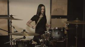 Muchacha linda que se divierte que juega los tambores almacen de video