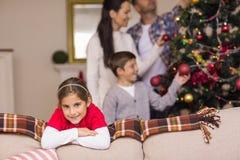 Muchacha linda que se inclina en el sofá Foto de archivo libre de regalías