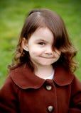 Muchacha linda que sonríe - ascendente cercano imagenes de archivo