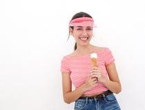 Muchacha linda que sonríe con el cono de helado Foto de archivo
