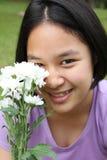 Muchacha linda que sostiene las flores blancas Imagenes de archivo