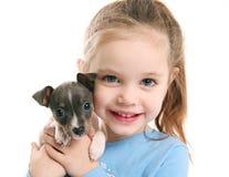 Muchacha linda que sostiene un perrito Fotos de archivo