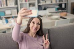 Muchacha linda que usa un smartphone Fotos de archivo libres de regalías