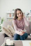 Muchacha linda que usa un smartphone Imagen de archivo libre de regalías