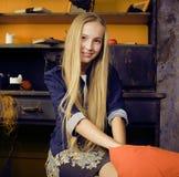 Muchacha linda rubia en el interior de Halloween con la calabaza que sonríe, celebración adolescente Fotografía de archivo libre de regalías