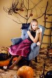Muchacha linda rubia en el interior de Halloween con la calabaza que sonríe, celebración adolescente Fotos de archivo