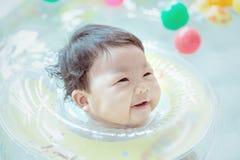 Muchacha linda smimming y feliz en la piscina Imagenes de archivo