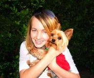 Muchacha linda y pequeño perro Fotos de archivo libres de regalías