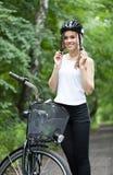 Muchacha lista para el viaje de la bicicleta foto de archivo