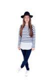 Muchacha llena del adolescente del retrato con un sombrero negro y una camiseta rayada Imagenes de archivo
