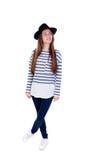 Muchacha llena del adolescente del retrato con un sombrero negro y una camiseta rayada Fotos de archivo