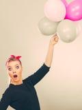 Muchacha loca sonriente que se divierte con los globos Imagenes de archivo