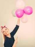 Muchacha loca sonriente que se divierte con los globos Imágenes de archivo libres de regalías