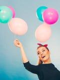 Muchacha loca sonriente que se divierte con los globos Foto de archivo libre de regalías