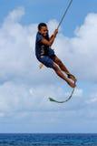 Muchacha local que balancea en un oscilación de la cuerda en el pueblo de Lavena en Taveuni Foto de archivo