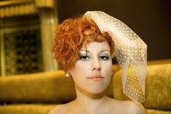 Muchacha lujosa con los pelos rojos. velo Imágenes de archivo libres de regalías