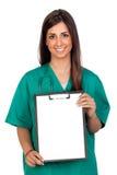 Muchacha médica de Atractive con un sujetapapeles Foto de archivo libre de regalías