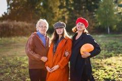 Muchacha, madre y abuelita adolescentes sonrientes imagen de archivo